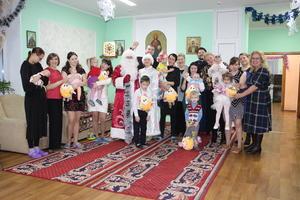 """Активистки женского движения поздравили с новогодними праздниками подопечным социального центра """" Быть мамой"""""""